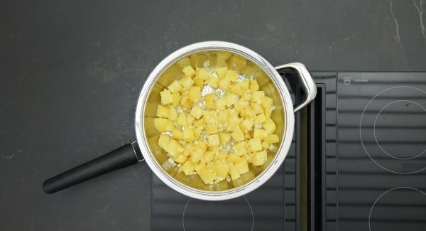 Kartoffeln wenden, Zwiebelwürfel zugeben und würzen. Deckel wieder auflegen. Visiotherm abschrauben, damit überschüssige Feuchtigkeit entweichen kann.