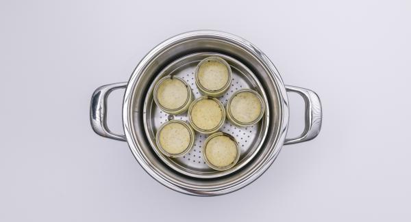 Fertige Kuchen-Gläser aus der GourmetLine nehmen (ein Handtuch zur Hilfe nehmen). Sofort Gummiringe auflegen, mit Deckeln verschließen und mit passenden Klammern fixieren. Auskühlen lassen.