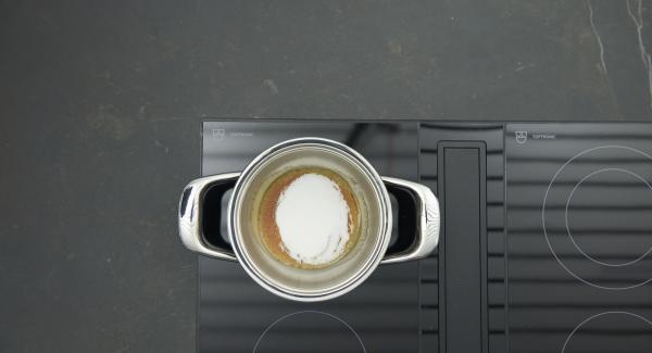Ca. 1 Esslöffel Zucker in einen kleinen Topf geben, auf Herd stellen und auf höchste Stufe schalten. Sobald der Zucker zu schmelzen beginnt auf niedrige Stufe reduzieren. Nach und nach restlichen Zucker zugeben und alles hell karamellisieren.
