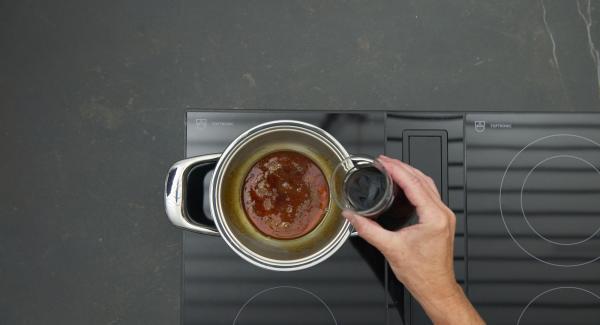 Rotwein und Wasser mischen, Karamell vorsichtig damit ablöschen.