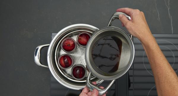 Früchte in gut gereinigte Weckgläser verteilen. Mit Glühwein aufgießen, Gläser dabei nur zu einem Drittel mit dem Glühwein füllen.