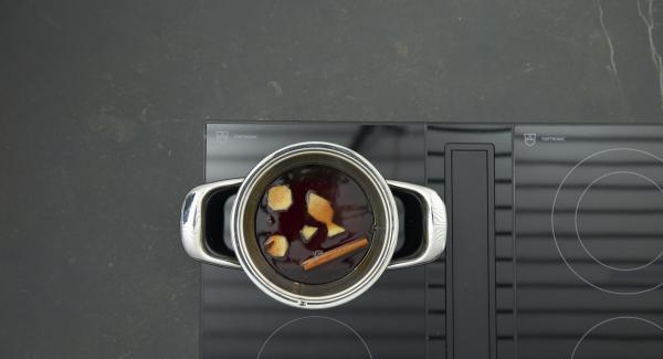 Zitronensaft, Ingwer und Gewürze zugeben und so lange köcheln lassen, bis sich das Karamell gelöst hat, Gewürze entfernen.