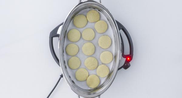 Sobald der Audiotherm beim Erreichen des Gemüse-Fensters piepst, Plätzchen wenden, ca. 1 Minute Garzeit im Audiotherm eingeben und drehen bis das Gemüse-Symbol erscheint.