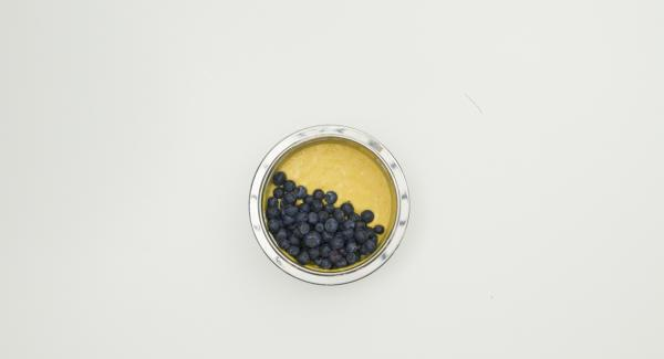 Mandelblättchen, flüssige Butter und die Blaubeeren unterheben.
