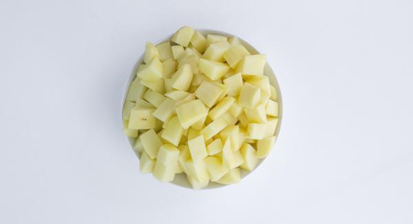 Kartoffeln schälen und in Stücke schneiden. Gemüse im Quick Cut fein hacken. Chorizo schälen und in Scheiben schneiden.
