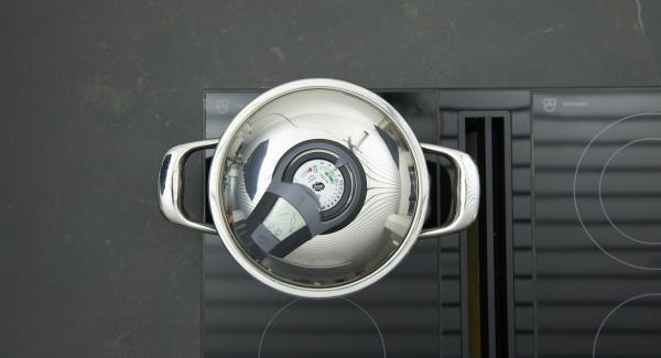Kartoffeln und Bohnenkraut zugeben und mit Brühe aufgießen. Herd auf höchste Stufe schalten, bis zum Gemüse-Fenster aufheizen, auf niedrige Stufe schalten und mit Hilfe des Audiotherms ca. 10 Minuten garen.