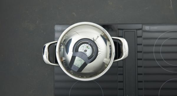 Bohnen zugeben, Herd nochmals auf höchste Stufe schalten, bis zum Gemüse-Fenster aufheizen, auf niedrige Stufe schalten und mit Hilfe des Audiotherms ca. 10 Minuten fertig garen.