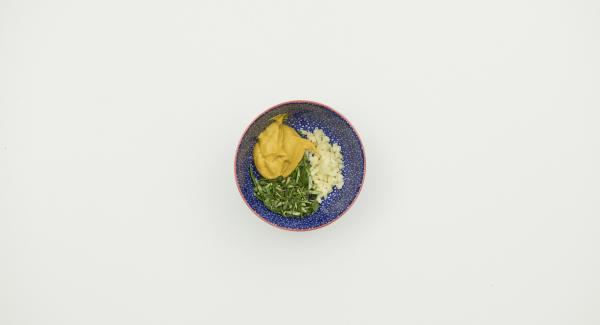 Knoblauch schälen, fein würfeln. Kräuterblättchen abzupfen und fein hacken. Alles mit Senf mischen.
