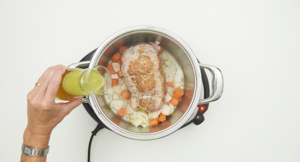 Zwiebel- und Möhrenwürfel zugeben und mit anbraten. Mit Salz und Pfeffer würzen, mit Brühe und Bier ablöschen.