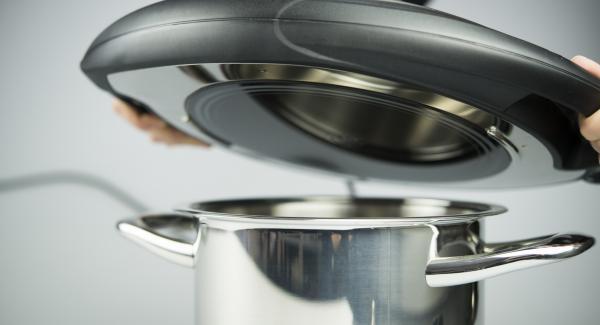 Topf in den umgedrehten Deckel stellen, Navigenio überkopf auflegen und auf kleine Stufe schalten. Solange der Navigenio rot/blau blinkt ca. 10 Minuten im Audiotherm eingeben und das Fleisch knusprig bräunen, dabei noch ein- bis zweimal mit der Flüssigkeit bestreichen. Die Zeit je nach Bräunungsgrad des Fleisches etwas verlängern.