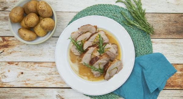 Fleisch herausnehmen, in Scheiben schneiden und warm halten. Sauce pürieren und abschmecken.