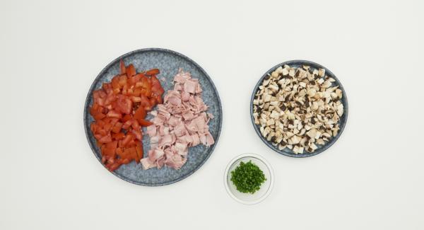 Schinken in feine Würfel schneiden, Tomaten putzen und klein würfeln, Champignons mit einem Pinsel oder Tuch säubern und ebenfalls fein würfeln. Schnittlauch fein schneiden. Alle Zutaten miteinander mischen.