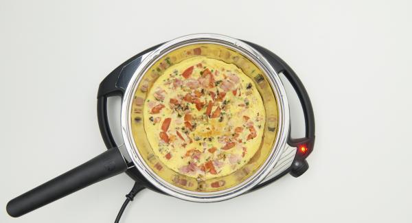 HotPan wieder bei Stufe 6 auf den Navigenio stellen, erstes Omelette herausnehmen und warm halten.