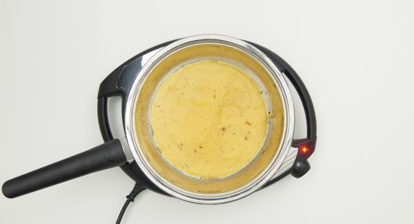Restliche Eimischung und Zutaten wie beschrieben in die HotPan geben und restlichen Käse darüberverteilen.