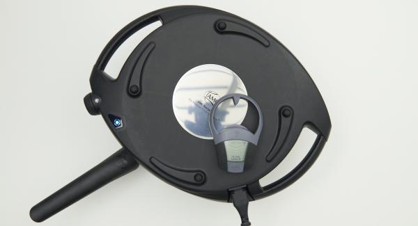 HotPan nochmals auf eine feuerfeste Unterlage stellen, Navigenio überkopf auflegen, auf kleine Stufe schalten und das zweite Omelette mit Hilfe des Audiotherms ebenfalls ca. 5 Minuten hellbraun backen.