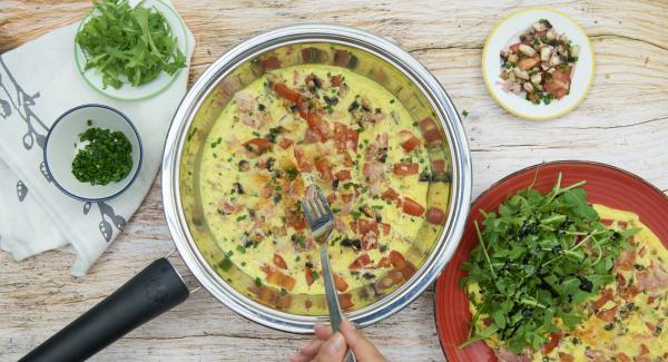 Omeletts halbieren oder vierteln und sofort servieren.