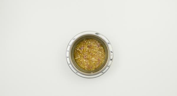 Für das Dressing Schalotte und Knoblauch schälen und im Quick Cut fein hacken. Limetten auspressen und mit Senf, Olivenöl, Zucker, Schalotte und Knoblauch verrühren. Mit Salz und Pfeffer abschmecken.