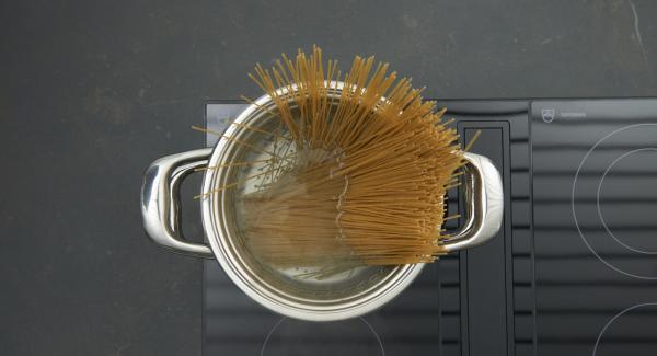 Spaghetti zugeben, ƒƒwieder aufkochen und nochmals umrühren. Herd auf niedrige Stufe schalten und ca. 10 Minuten (nach Packungsangaben) bissfest garen. NonSoloPasta-Einsatz aus dem Topf heben, abtropfen lassen und Kochwasser abgießen.