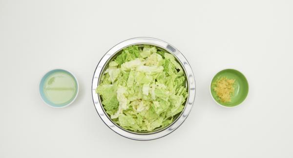 Zwiebeln und Knoblauch schälen und mit dem Quick Cut zerkleinern. Wirsing putzen und in feine Streifen schneiden. Zitronenschale abreiben und Saft auspressen.