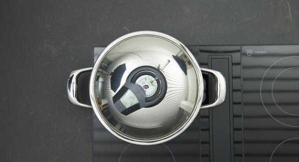 Herd auf höchste Stufe schalten, Topf bis zum Gemüse-Fenster aufheizen, auf niedrige Stufe schalten und mit Hilfe des Audiotherms ca. 5 Minuten fertig garen.