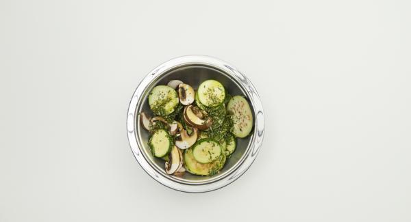Zucchini, Aubergine und Champignons putzen. Alles in Scheiben schneiden, Rosmarin- und Thymianblättchen abzupfen, fein hacken und alles mit 4 Esslöffeln Olivenöl mischen.