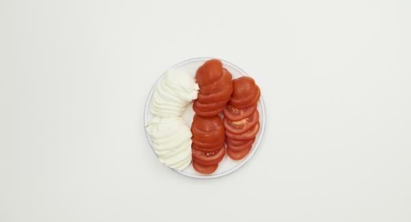 Tomaten putzen und in Scheiben schneiden, Mozzarella ebenfalls in Scheiben schneiden.