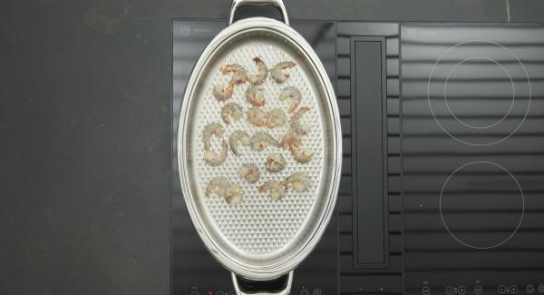 Sobald der Audiotherm beim Erreichen des Brat-Fensters piepst, auf niedrige Stufe schalten. Garnelen von beiden Seiten kurz anbraten, bis sie sich rot verfärben, herausnehmen und alle Gemüsestücke portionsweise ebenfalls kurz anbraten.