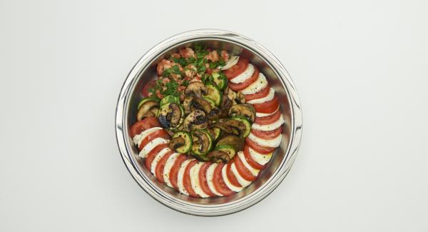 Tomaten- und Mozzarellascheiben ebenfalls in der Cook & Serve anrichten, mit Pfeffer würzen und mit Olivenöl beträufeln.