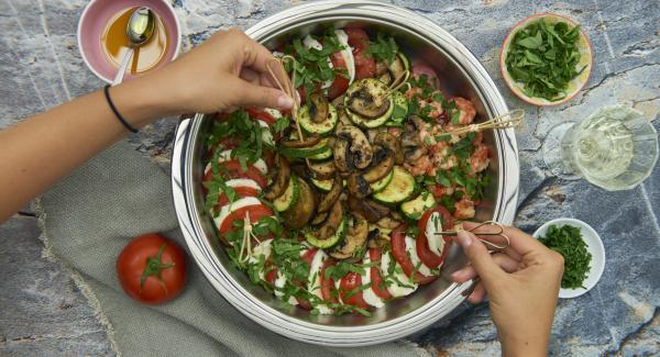 Vor dem Servieren Basilikumblätter abzupfen, fein schneiden und über Tomaten und Mozzarella streuen.