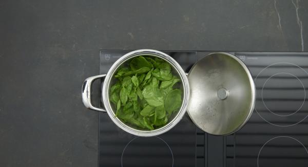 Sobald der Audiotherm beim Erreichen des Brat-Fensters piepst, auf niedrige Stufe schalten und Zwiebelmischung anbraten. Tropfnassen Spinat zugeben.