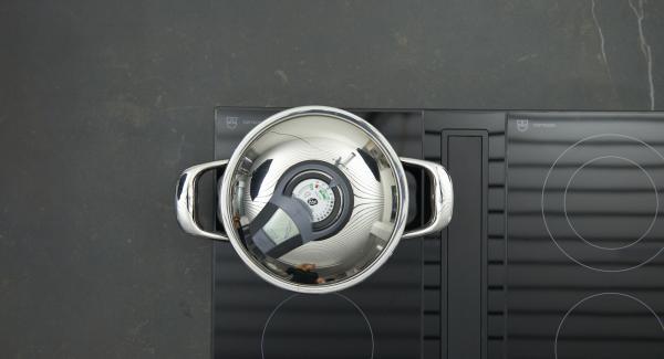 Herd auf höchste Stufe schalten, Topf bis zum Gemüse-Fenster aufheizen, auf niedrige Stufe schalten und mit Hilfe des Audiotherms ca. 2 Minuten fertig garen. Spinat abkühlen lassen und in einem Sieb gut ausdrücken.