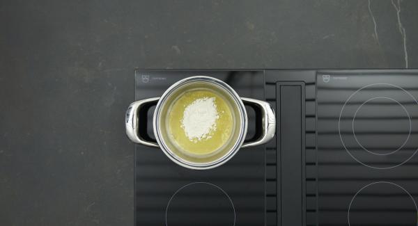 Für die Béchamelsauce Butter in den kleinen Topf geben, auf den Herd stellen und auf höchste Stufe schalten. Sobald die Butter zu schäumen beginnt, auf niedrige Stufe reduzieren und Mehl zugeben. Unter Rühren mit einem Schneebesen ca. 1 Minute ohne Farbe anschwitzen. Milch nach und nach unter ständigem Rühren zufügen. Sauce auf niedriger Stufe ca. 5 Minuten köcheln lassen. Mit Salz und Pfeffer würzen.