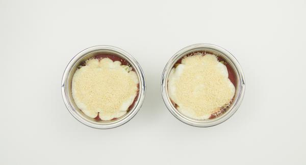 Passierte Tomaten auf zwei Cook & Serve verteilen und mit Salz und Pfeffer würzen. Spinat-Füllung mit Hilfe eines Spritzbeutels in die Cannelloni füllen. In jede Form vier Cannelloni setzen, Béchamelsauce und restlichen Käse darüber verteilen.