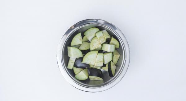 Aubergine in große Stücke schneiden und in den Softiera-Einsatz 24 cm geben.