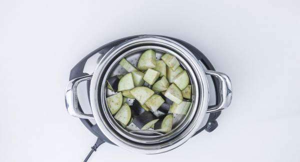 150 ml Waser in den Topf geben, Softiera-Einsatz in den Topf stellen und EasyQuick mit Dichtring 24 cm aufsetzen.