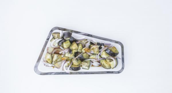 Zum Schluss Dressing über die Auberginenstücke geben, einige frische Zwiebelringe darauf legen und lauwarm servieren.