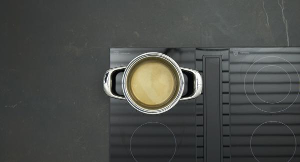 Gurke putzen und in Scheiben hobeln. Wasser in einem kleinen Topf aufkochen, Zucker darin auflösen und Essig unterrühren.