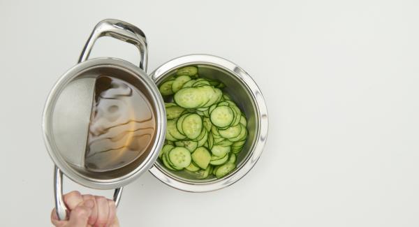 Marinade zur Gurke geben, mischen, kräftig mit Salz und Pfeffer abschmecken. Salat ca. 1 Stunde durchziehen lassen und vor dem Servieren etwas abtropfen lassen.