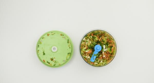 Zwiebeln und Möhren schälen, Sellerie und Lauch putzen. Zwiebeln im Quick Cut sehr fein hacken. Herausnehmen, restliches Gemüse ebenfalls sehr fein hacken.