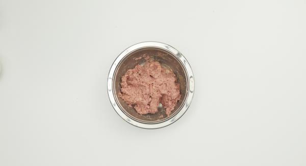 Hälfte der Zwiebeln mit Hackfleisch, Ei, Mehl, Milch und je ca. einem Teelöffel Salz und Pfeffer gut verkneten.