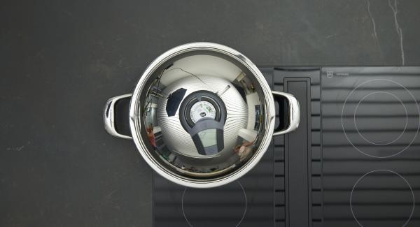 Sobald der Audiotherm beim Erreichen des Brat-Fensters piepst, auf niedrige Stufe schalten, Frikadellen einlegen, Deckel auflegen. Mit Hilfe des Audiotherms braten bis der Wendepunkt bei 90 °C erreicht ist. Frikadellen wenden, nochmals bis zum Erreichen des Wendepunktes braten.