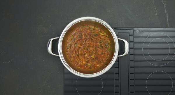 Frikadellen herausnehmen, restliche Zwiebel- und Gemüsewürfel anbraten. Tomatenmark mit anschwitzen, mit Fleischbrühe aufgiessen. Einige Minuten kräftig einkochen lassen.