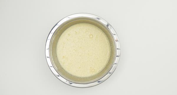 Eier mit Zucker und Vanillezucker in einer Schüssel kräftig zu einer hellgelben schaumigen Masse aufschlagen. Schokoladen-Buttermischung unterrühren.