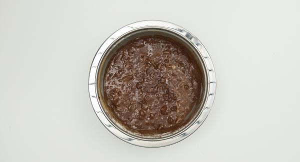 Nüsse im Quick Cut grob hacken und Karamellbonbons mit einem Küchenmesser in kleine Würfel schneiden. Nüsse, Bonbons und restliche Zutaten mischen und unter den Teig heben.