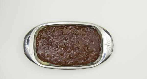 Teig in der Lasagnera verteilen, auf der untersten Einschubleiste in den vorgeheizten Backofen stellen und ca. 30 Minuten backen. die Brownies sollen innen noch weich sein.