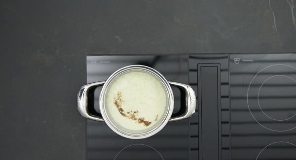 Sobald der Audiotherm beim Erreichen des Brat-Fensters piepst, auf niedrige Stufe schalten und Zwiebelmix anbraten. Sahnemischung zugeben, aufkochen und mit Salz, Pfeffer und Muskatnuss würzen.