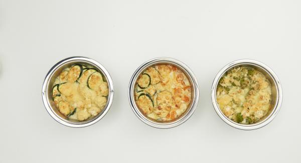 Lieblingskäse reiben oder in dünne Scheiben bzw. kleine Würfel schneiden, Deckel abnehmen, Käse darüber verteilen und ohne Deckel ca. 10 Minuten fertig backen.