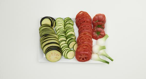 Aubergine und Zucchini putzen und in dünne Scheiben schneiden. Lauchzwiebeln putzen, in ca. 6 cm lange Stücke schneiden und den weissen Teil längs halbieren. Von den Tomaten am Stielansatz jeweils einen Deckel abschneiden und zur Seite legen. Restliche Tomaten in Scheiben schneiden.