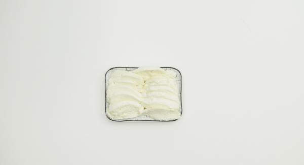 Mozzarella abtropfen lassen und in sehr dünne Scheiben schneiden.