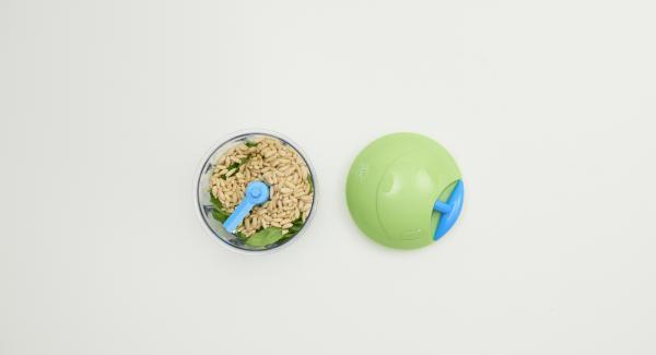 Basilikumblätter abzupfen und in den Quick Cut geben, Pinienkerne, Zitronensaft und Gemüsebrühe zugeben. Alles sehr fein hacken und dabei nach und nach das Olivenöl zugeben, bis ein gleichmässig hellgrünes Pesto entstanden ist.